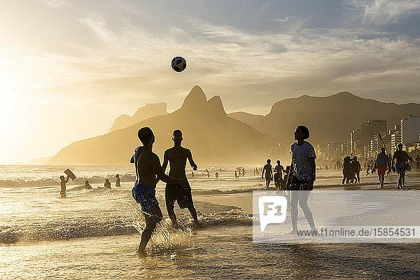 Schöne Aussicht auf den Sonnenuntergang in Ipanema für Fußballspieler am Strand