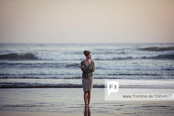 Schöne Frau am Long Beach bei Sonnenuntergang in Tofino