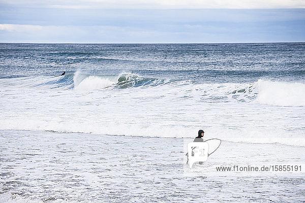 Frau  die gerne im Winter zum Surfen rausgeht