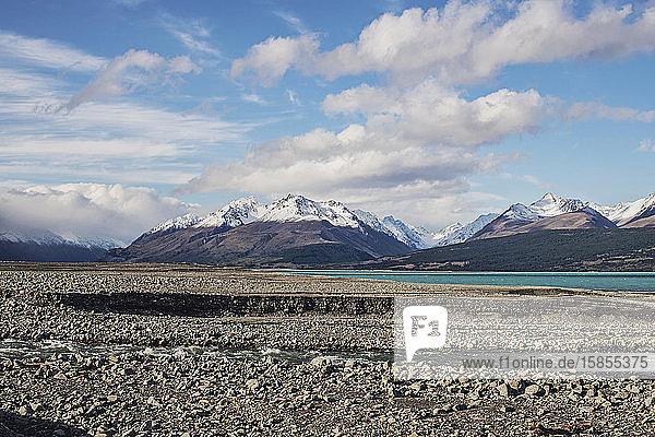 Verschneite Berge ragen hinter dem türkisfarbenen Wasser des Pukaki-Sees auf  Neuseeland