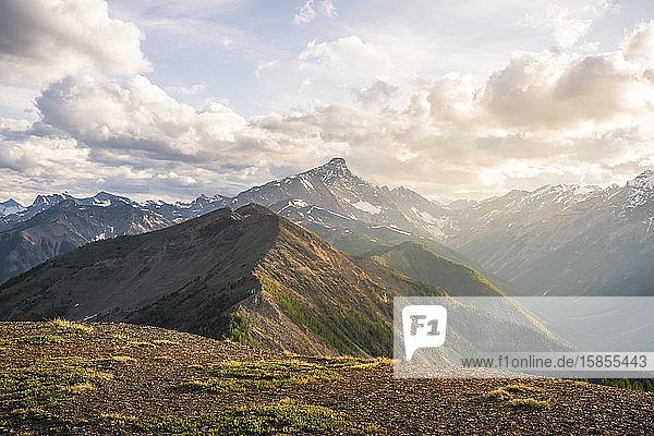 Ein Bergrücken vom Gipfel