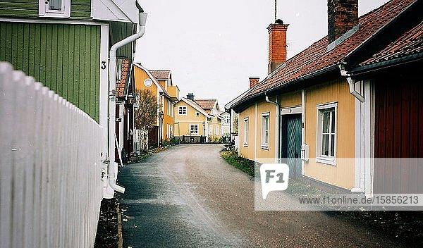 Traditionelle schwedische Häuser auf einer traditionell schwedischen Stadt in Schweden
