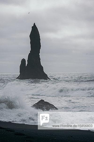 Im Wasser stehender Felsen in der Nähe des Black San Beach  Island