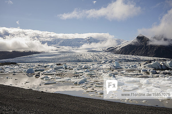 Gletscherlagune Jokulsarlon mit Gletscher im Hintergrund