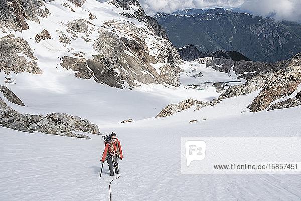 Eine Frau besteigt einen Gletscher auf Snowfield Peak in den North Cascades