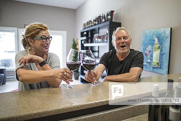 Glückliches Ehepaar im Ruhestand bei einer Weinprobe auf einem örtlichen Weingut.