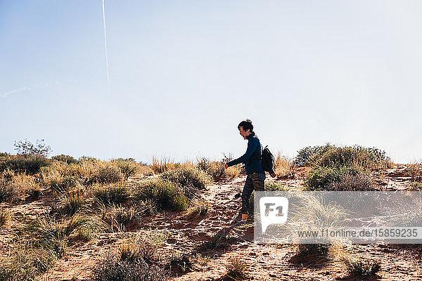 Wanderin beim Wandern durch die Wüstenlandschaft
