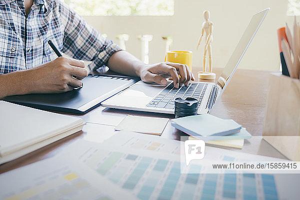 Graphikdesign und Farbmuster und Stifte auf einem Schreibtisch.