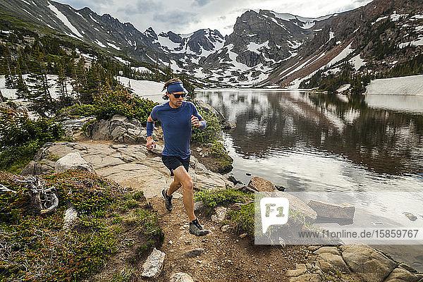 Man Trail verläuft am Seeufer in Indian Peaks Wilderness  Colorado