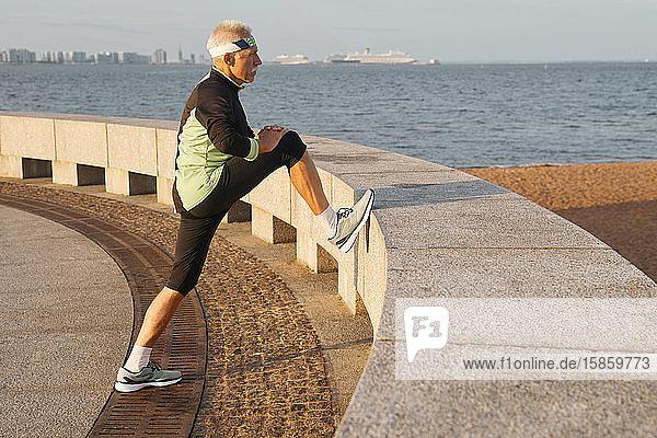 Aktiver älterer Mann trainiert am Morgen