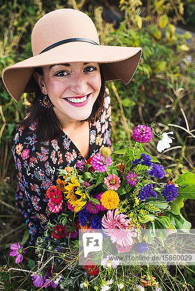 glückliche Frau  die in einem städtischen Garten arbeitet glückliche Frau, die in einem städtischen Garten arbeitet