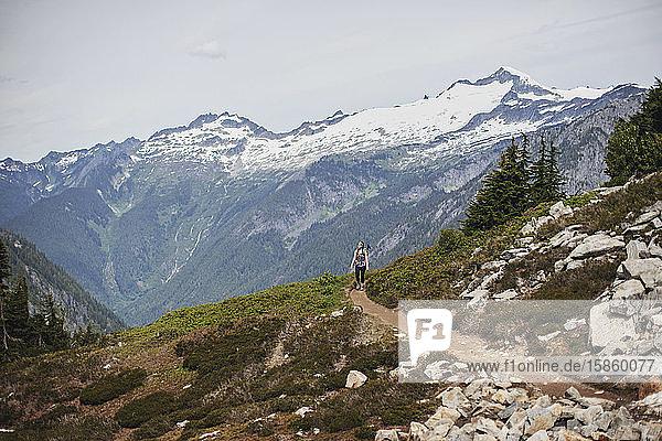 Eine Wanderin wandert auf einem Pfad im North Cascades National Park.