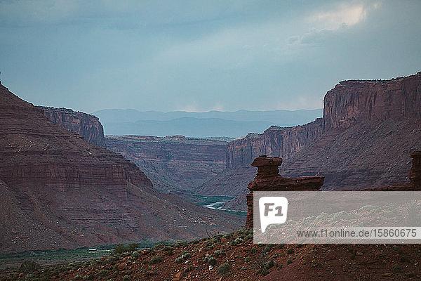 Blick auf eine Sandsteinfelsenformation aus rotem Fels  die sich über dem Colorado-Fluss erhebt