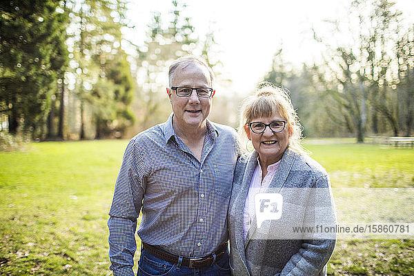 Porträt eines lebhaften  glücklichen älteren Paares im Freien.