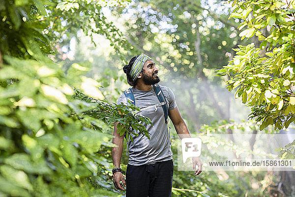 junger wanderer indien wandert mit stirnband