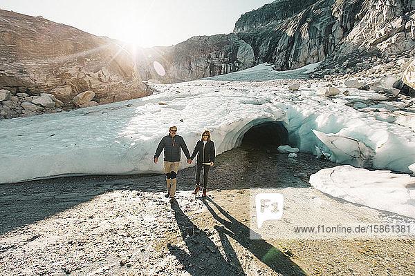 Ehepaar im Ruhestand genießt einen Tag zur Erkundung einer Gletschereishöhle.