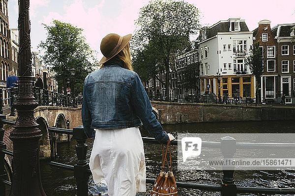 Frau mit Blick auf Kanal und Stadt