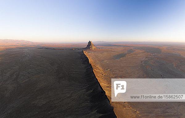 Antenne mit führender Lavalinie in Richtung Shiprock in New Mexico