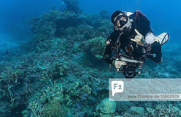 Taucher mit Unterwasserkamera posiert am Great Barrier Reef