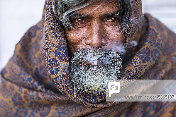 Man smoking  Mumbai  India  Asia