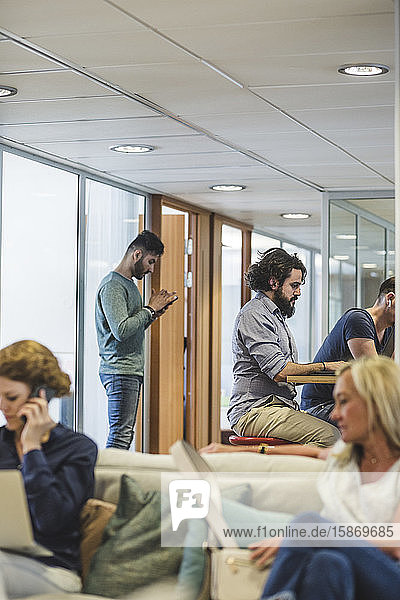 Geschäftsleute und Geschäftsfrauen  die im Kreativbüro arbeiten