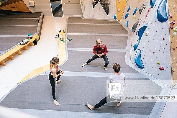 Schrägansicht von Trainerschülern im Fitnessstudio