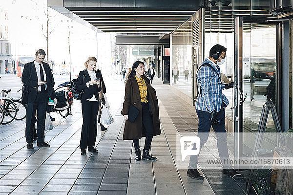 Menschen stehen in der Schlange vor dem Café