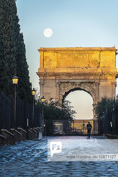 Tourist admiring the Arco di Tito triumphal arch  Imperial Forum  UNESCO World Heritage Site  Rome  Lazio  Italy  Europe