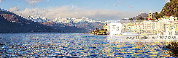 Panoramic view of Bellagio with snowcapped mountains in the background  Lake Como  Lombardy  Italian Lakes  Italy  Europe
