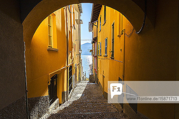 Colourful narrow alley in the old town of Varenna  Lake Como  Lombardy  Italian Lakes  Italy  Europe