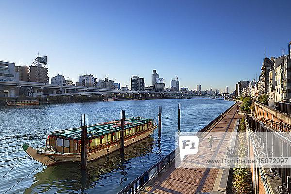 People walking along Sumida River  Tokyo  Honshu  Japan  Asia