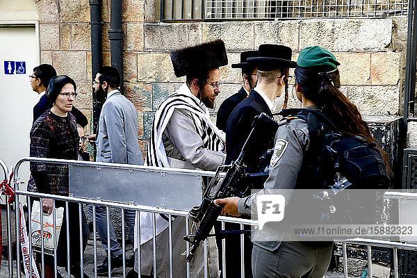 Orthodoxe Juden gehen an einem militärischen Kontrollpunkt in Ost-Jerusalem  Israel  vorbei.