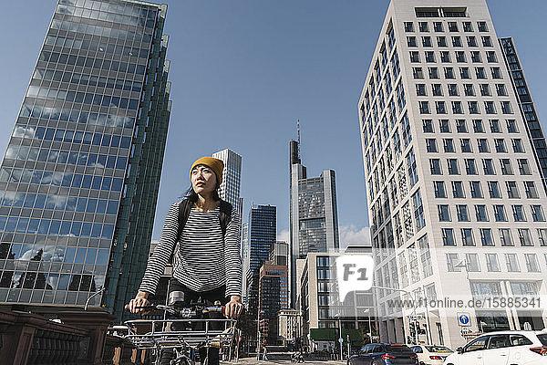 Fahrradfahrende Frau in der Stadt  Frankfurt  Deutschland