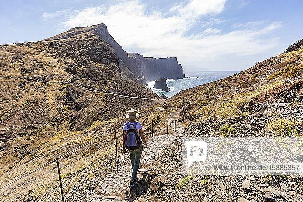 Portugal  Madeira  Rucksacktouristin beim Wandern auf dem Wanderweg an der Ponta de Sao Lourenco