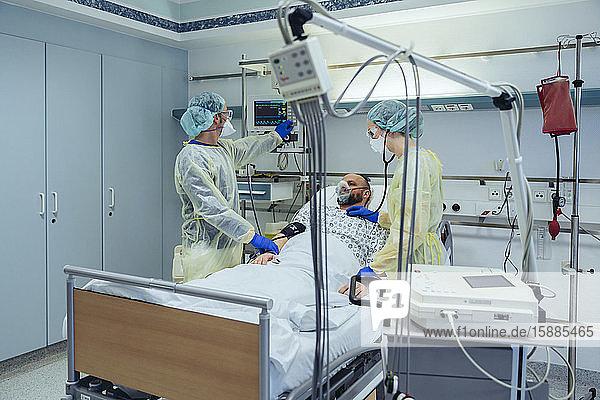 Ärzte  die Patienten auf der Notfallstation eines Krankenhauses betreuen  schauen auf den Bildschirm