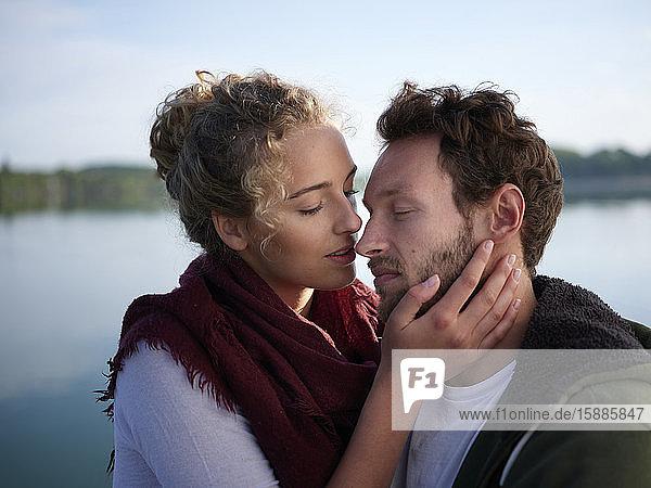 Romantioc-Paar küsst sich am See