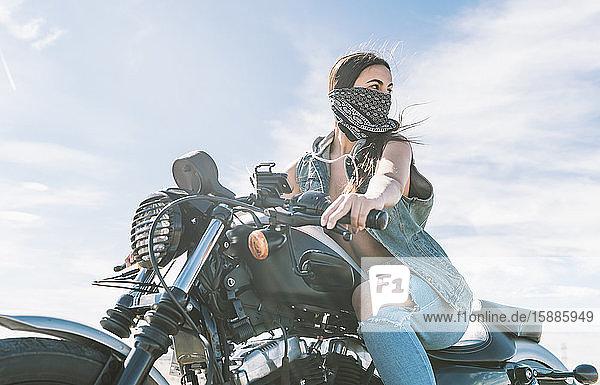 Junge schöne Frau beim Motorradfahren