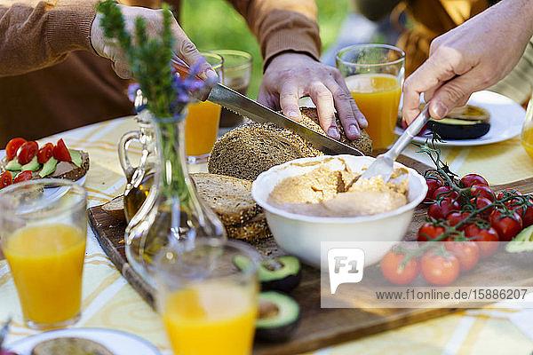 Freunde genießen ein gesundes veganes Frühstück auf dem Land