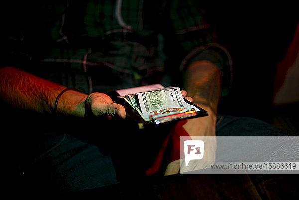 Mann bezahlt Rechnung mit Bargeld  das auf einer Tafel abgeschnitten ist  New York City  USA