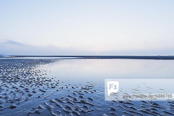 Szenische Ansicht des Meeres gegen den Himmel in der Dämmerung  Nordseeküste  Flandern  Belgien