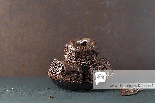 Studioaufnahme von kleinen Schokoladen-Gugelhupf-Törtchen