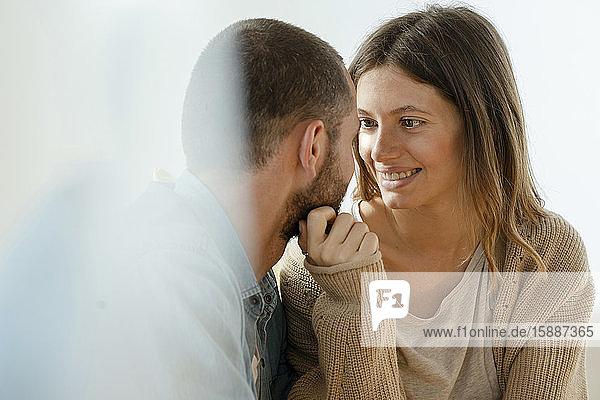 Liebevolle  hübsche  brünette Frau  die ihren Freund anlächelt  der verliebt und eng zusammen ist