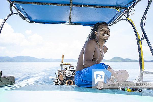 Glücklicher junger Einheimischer auf einer Bootsfahrt  Ko Yao Yai  Thailand Glücklicher junger Einheimischer auf einer Bootsfahrt, Ko Yao Yai, Thailand