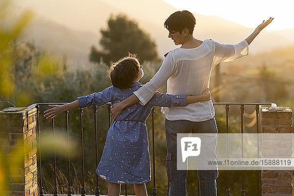 Mutter und Tochter genießen den Sonnenuntergang auf dem Land  Orgiva  Andalusien  Spanien