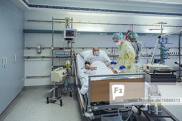 Ärzte  die Patienten auf der Notfallstation eines Krankenhauses betreuen und Blutproben entnehmen