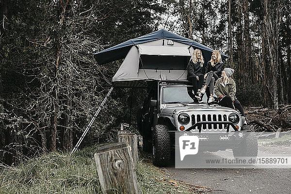 Glückliche Freunde unterhalten sich beim Camping im Jeep im Haleakala-Nationalpark  Maui  Hawaii  USA