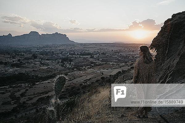 Frau in voller Länge bei Sonnenuntergang im Gheralta-Gebirge stehend  Äthiopien  Central Tigray  Hawzen