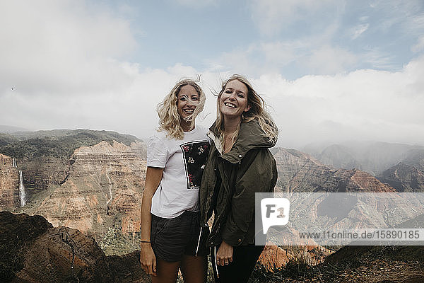 Porträt glücklicher Freunde vor majestätischen Bergen im Waimea Canyon State Park  Kauai  Hawaii  USA