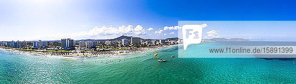 Spanien  Balearen  Cala Bona  Luftpanorama der Küstenlinie des Ferienortes im Sommer