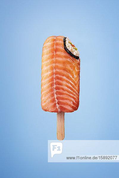 Sushi-Eis am Stiel mit Lachsreis und Wasabi